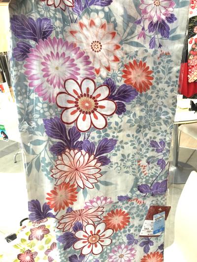 大輪の花が咲いてるような浴衣