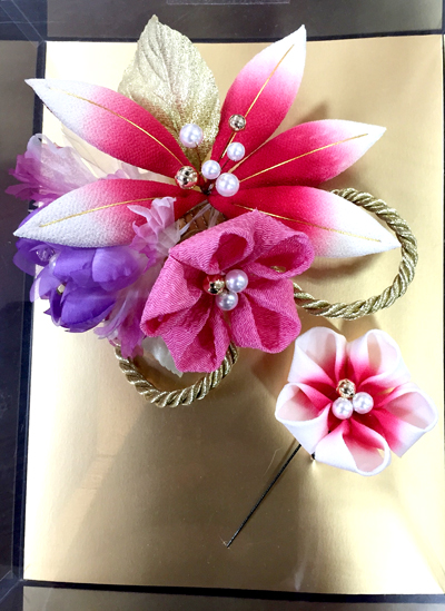 大きお花と一緒に金の和風な糸飾り
