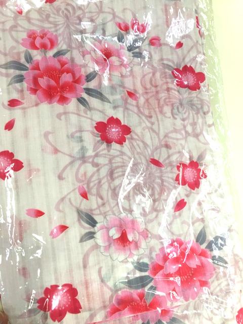 白地に乱菊と桜柄の浴衣